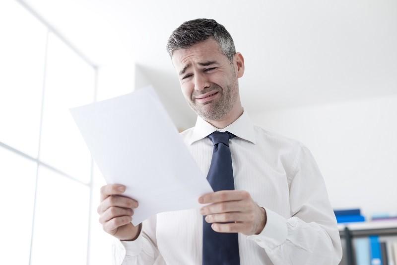 עובד קורא מכתב פיטורים