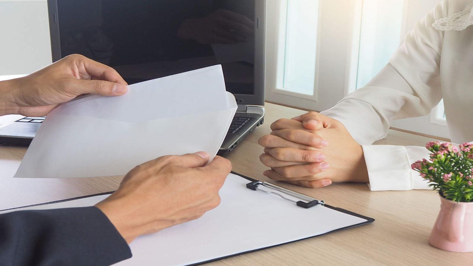 מעסיק מגיש לעובד מכתב פיטורים