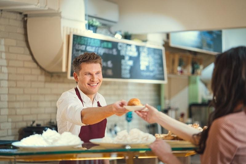 עובד בית קפה המרוויח שכר מינימום
